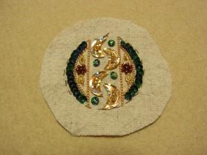 刺繍が完成した生地をカットします。出来上がり線(糸しるし)から2〜3cm外側をカットします。