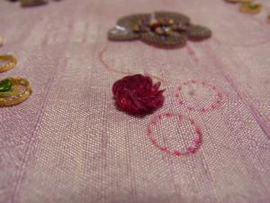 カップ型スパンコールで刺したお花が、立体的にできています。
