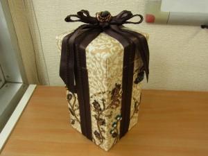 ビーズ刺繍をした生地を、縦長の箱に組み立てました。リボンが掛けてあります。