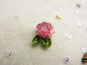 4㎜オーロラカップ型スパンコール(ピンク)で作った円形の花です。