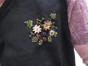 ベストの胸元に花模様が刺してあります。