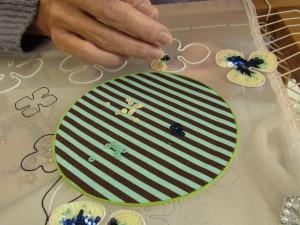 4mmフラット型スパンコールを花びらの形に沿って刺します。
