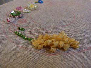 リボンを輪にして作った縦長の花ができています。