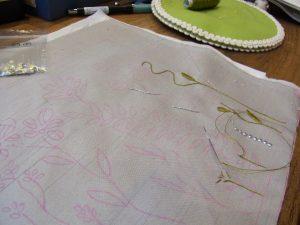 花模様の茎と葉を刺しています。刺繍の針目が揃っていていて綺麗です。