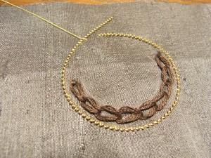 ツイストワイヤーを円形にして、溝部分を糸で止めていきます。