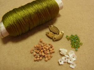 レーヨン糸 メタルの葉 丸小ビーズ ウッドビーズ 花形スパンコール(白)の材料があります。