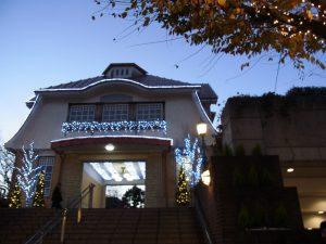 田園調布の駅はクリスマスイルミネーションでキラキラです。