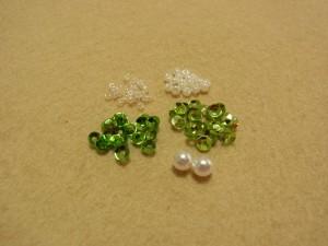 丸小ビーズ(2色) 3mmカップ型スパンコール(2色) 4mmパールの材料があります。