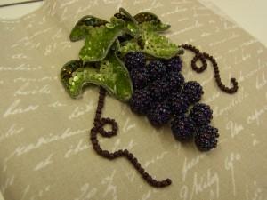 葡萄の葉に立体感があるので本物みたいです。葡萄の実は13個あります。