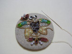 円形が綺麗なブローチです。蜂が刺繍されています。