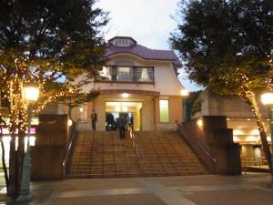 イルミネーションがキラキラで美しい、夕方の田園調布駅です。