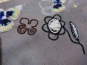 小いお花はビーズを入れながらパニ刺繍を刺しています。