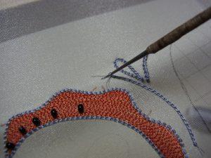 レーヨン糸で糸刺繍しています。