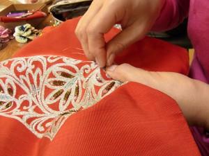 使わなくなった帯に刺してバックを作っています。帯の刺繍の間に4mmカップ型スパンコールを刺しています。