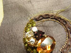 スパンコールの際の糸が出ている部分に針を落とします。