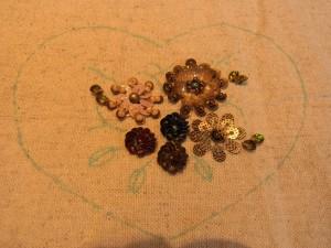 スパンコールで刺した4種類の花があります。全て円形に刺してあります。