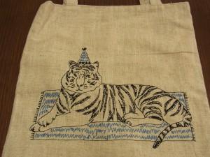縦長のトートバックです。横たわったトラが描いています。