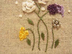ビーズ、リボン刺繍、糸刺繍で刺した花が並んでいます。