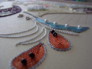 雫型に糸刺繍してあります。