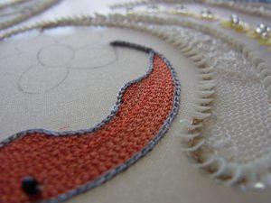 葉の糸刺繍の上にビーズを刺します。