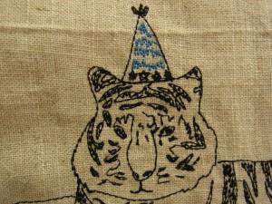 刺繍されているトラの顔と帽子です。