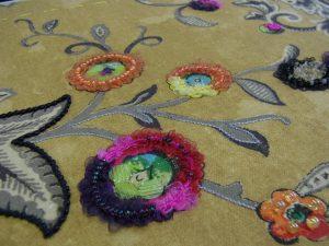 茎部分の糸刺繍は模様にメリハリが出ていい感じです。