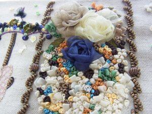 リボン刺繍で作った、3個の薔薇とつぼみがあります。