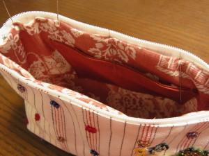 ファスナーの部分に裏生地を、まつり縫いします。