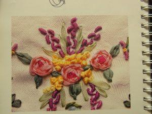 グラデーション付きの薔薇の花が3個刺してあります。