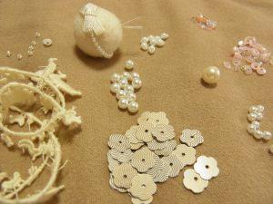 解体した材料です。アヒルのブレイド、羊毛玉、パール、スパンコール、ビーズです。