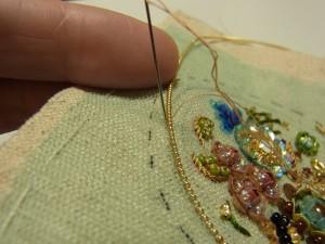 ワイヤーを伸ばして糸を溝部分に入れて止めていきます。
