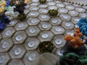 亀甲模様の所々に立体的な花も刺しています。