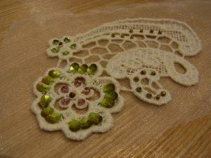 大小の花模様がある綿ブレイドです。花びらにスパンコールが刺してあります。
