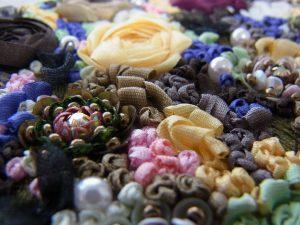 アリワークで刺した花と、リボン刺繍で刺した花が密集しています。