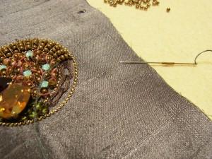 内側から針を出す位置は間隔を狭く。外側に針を落とす位置は間隔をあけて。