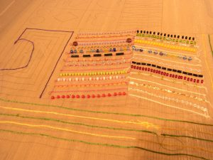 ビーズや竹ビーズが縦方向に刺してあります。糸刺繍の角が90度に曲がっていて美しいです。