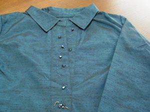 お着物の紬がブラウスに変身です。胸元にビーズが刺してあります。