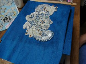 箱の蓋に、スパンコールとビーズが刺してある綿ブレイドが飾ってあります。