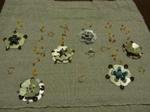 革のお花が6個さしてあります。花びらが5枚あります。