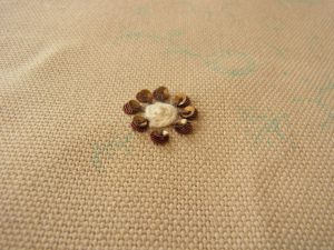 花芯部分は紐をクルクル巻いています。その周りにスパンコールを刺しています。
