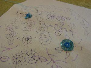 スパンコールで刺した綺麗な円形のお花ができています。