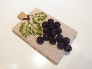 葡萄の実が付いているパスケースです。