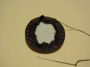 刺繍をした生地にボードを入れてギュッーっと糸を絞ります。
