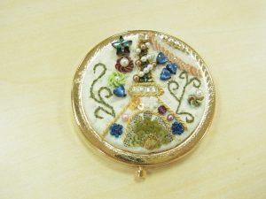 コンパクトタイプの鏡です。エッフェル塔とお花が刺してあります。