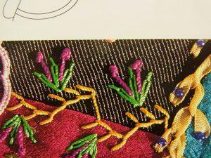 小さい花の刺繍がしてあります。