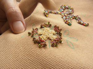 イニシャルyの上にある花を刺しています。糸刺繍をした周りにスパンコールを刺しています。