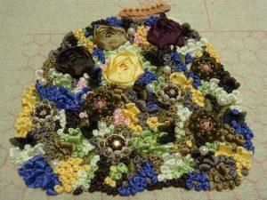 リボン刺繍とスパンコールとビーズで刺した花のドレスです。
