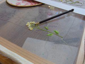 初のレーヨン糸、初のサテンステッチ、葉を刺しています。