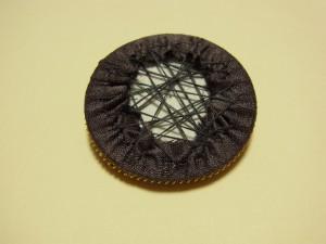 糸を対角線にかけながら円形を整えていきます。