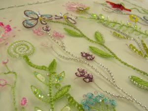 レーヨン糸で花葉が沢山刺してあります。